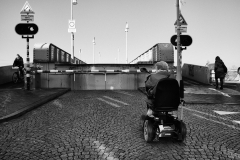 vrouw in schootmobiel voor dichte brug